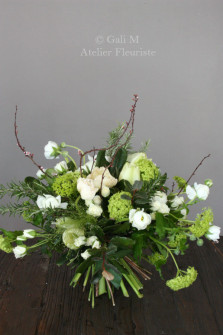 Bouquet vert et blanc de pavots, viburnums et renoncules. ©Gali M Livraison de bouquets à Toulouse